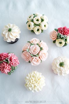 Learn how to make buttercream flowers and place them on cupcakes. Online cake class by Make Fabulous Cakes #buttercreamflowers #cakeclass