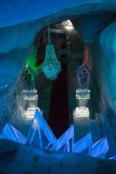 Eispavillon Alalin Saas-Fee, Blick von oben auf den Thronsaal. #Eisskulpturen #Eisfiguren #Mittelallalin #Eispavillon #Saas-Fee #icesculptures  www.eisskulpturen.ch