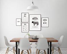 Kökstavlor i stilrent kök med eames stolar. Poster med styckningsschema och tavlor med örter