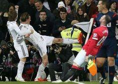 Wayne Rooney przechylił się z powodu uderzenia Walijczyka • Gareth Bale chciał kopnąć napastnika Manchesteru United • Zobacz mem >>