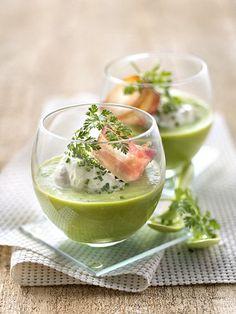 Velouté glacé de salade romaine, nuage fouetté aux herbes, lard croustillant