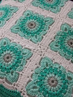 Crochet granny square, not in English. I like the color choice. Motifs Afghans, Crochet Motifs, Crochet Blocks, Crochet Squares, Crochet Granny, Crochet Patterns, Granny Squares, Love Crochet, Beautiful Crochet