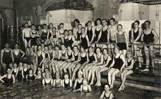 1932-1937. Groepsportret van de leden van de Sport- en Recreatievereniging Utrechtse Watervrienden in het Zwembad O.Z.E.B.I. (Biltstraat 4) te Utrecht.
