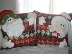 Almofadas Papai e Mamãe Noel Pillow Fight, Christmas Stockings, Christmas Crafts, Throw Pillows, Holiday Decor, Gabriel, Home Decor, Holidays, Christmas Cushions