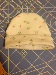Baby Hat tutorial - Has measurements for preemie hats too. Baby Hat Patterns, Sewing Patterns, Sewing For Kids, Baby Sewing, Baby Gifts To Make, Easy Baby Blanket, Diy Bebe, Creation Couture, Baby Kind