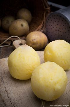 Rezept für Kartoffelknödel - so einfach geht Klöße selbermachen, halb-halb mit rohen und gekochten Kartoffeln.