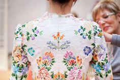 Embroidery On Kurtis, Kurti Embroidery Design, Embroidery Blouses, Sari Blouse Designs, Blouse Patterns, Dress Design Sketches, Fashion Sketches, Imperial Fashion, Saree Dress