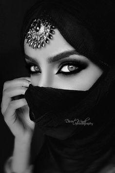 115 portrait photography black and white women - Vario Wall Black And White Portraits, Black White Photos, Black N White, Black And White Photography, Beautiful Eyes, Beautiful People, Beautiful Hijab, Gorgeous Women, Arabian Eyes
