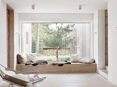 Dit droomhuis staat in de buurt van Malmö in Zweden. Het interieur lijkt bijna vlekkeloos over te gaan in de natuur. De huiseigenaren zijn er in geslaagd om een rustig interieur te creëren in een natuurlijke omgeving. Het kleurenpalet is neutraal en er wordt veel gebruik gemaakt van natuurlijke materialen. De massieve houten deuren en kasten, het linnen textiel, de gepleisterde muren en de prachtige gepolijste vloer vullen elkaar mooi aan. De grote ramen brengen veel natuurlijk licht naar…