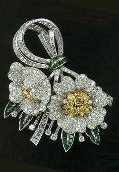 Diamond Jewelry Max Halpern - An Art Deco platinum, diamond, natural Fancy Vivid Yellow diamond and emerald brooch, Paris, circa Jewelry Armoire, Antique Jewelry, Vintage Jewelry, Silver Jewelry, Silver Rings, Art Deco Jewelry, Fine Jewelry, Jewelry Design, Jewelry Rings