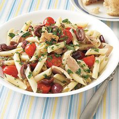 Need a no-cook healthy lunch? Niçoise Tuna Pasta Salad tastes fancy, but it's super quick and easy to make. Canned Tuna Recipes, Lunch Recipes, Cooking Recipes, Healthy Recipes, Yummy Recipes, Tuna Salad Pasta, Easy Pasta Salad Recipe, Food Salad, Salad Bar