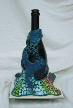Unas decoraciones coloridas de botellas en Trencadís. Cada una de ellas de formas y gammas diferentes.   Empiezo con una colección de cuatr...