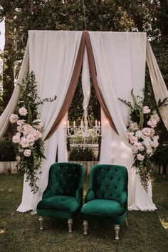 Can't take our eyes off this garden wedding filled with hand-opened roses, velvet green chairs and the gold wedding cake is to die for. See it on Garden Wedding Decor Romantic Wedding Colors, Romantic Wedding Centerpieces, Romantic Wedding Receptions, Romantic Weddings, Romantic Roses, Wedding Ceremony, Velvet Wedding Colors, Gold Weddings, Summer Weddings
