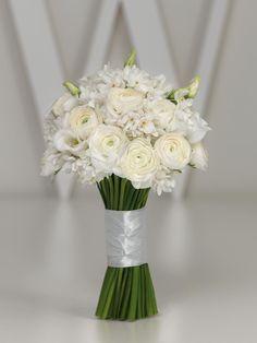 Weißer Brautstrauß mit Ranunkeln, Prärie-Enzian und Orchideen von weddingstyle.de
