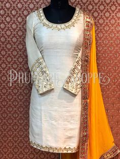Salwar Suit Neck Designs, Neck Designs For Suits, Designs For Dresses, Kurta Designs, Indian Designer Suits, Indian Suits, Indian Wear, Punjabi Suits, New Style Suits
