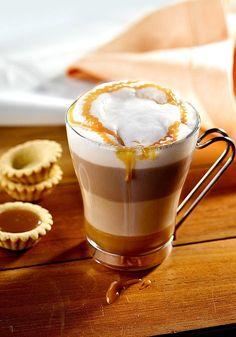Przepis na kawę karmelową, wykonaną z połączenia kawy bezkofeinowej Inka i sosu karmelowego. Piękne cztery warstwy kawy, udekorowane sosem karmelowym. Coffee Maker Machine, I Want To Eat, Pumpkin Spice Latte, Coffee Beans, Coffee Time, Hot Chocolate, Coffee Shop, Smoothie, Food To Make