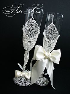 me ~ Ivory Charming Wedding champagne glasses - Hand painted Wedding Favor - Lace wedding toasting flute-Pearls champagne flutes-Wedding Gift Wedding Wine Glasses, Wedding Champagne Flutes, Champagne Glasses, Decorated Wine Glasses, Painted Wine Glasses, Deco Table Noel, Wedding Toasts, Bottle Crafts, Wedding Accessories