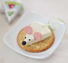 Here is a cute appetizer idea for you! This cheese mouse was made from Happy Cow Cheese Wedge, olive, black sesame seeds, hot dog and green onion. It's pretty easy, isn't it? Tips: - Use straw to cut the olive nose. Cute Food, Good Food, Yummy Food, Healthy Food, Vegan Food, Healthy Recipes, Snacks Für Party, Appetizers For Party, Appetizer Ideas