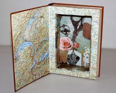 Echtes Buch von Hand ausgehöhlt, sodass es von außen noch aussieht wie ein richtiges Buch. Perfekt als Geheimversteck im Bücherregal!  Die Buchbox ist im Inneren mit Landkartenpapier und...