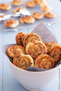 Die Party-Schnecken mit Schinken, Käse und feinen Kräutern sind das ideale Fingerfood für ein gelungenes Partybuffet.