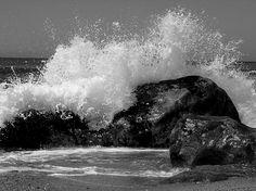 O mar bate nas rochas (p) | Fotografia de Joana Coelho | Olhares.com