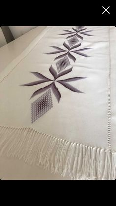 Broderie Bargello, Cross Stitch House, Embroidery, Knitting And Crocheting, Tricot, Hardanger Embroidery, Table Runners, Pattern, Living Room