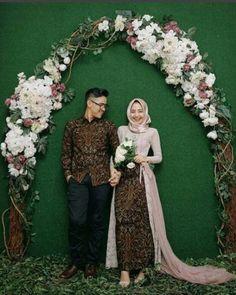 wedding dress hijab Ideas For Wedding Dresses Red Hair Beautiful Hijabi Wedding, Kebaya Wedding, Muslimah Wedding Dress, Muslim Wedding Dresses, Wedding Poses, Wedding Couples, Hair Wedding, Wedding Abaya, Javanese Wedding