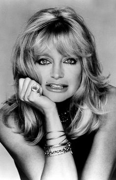 Goldie Hawn, love her and her daughter Kate Hudson. Actriz n. Iconic Women, Famous Women, Famous People, Photo Portrait, Actrices Hollywood, Classic Beauty, Classic Style, Famous Faces, Hollywood Stars