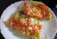 """Овощной """"Эдем"""" (можно на обед)  Ингредиенты: на 2 порции 300 гр кабачок 1 морковь 1 лук 1 помидор соль перец укроп (любая зелень) 50 гр сыра  Соус: 2 яйца 100 мл молока соль перец  Приготовление: 1.Кабачок почистить удалить семена, порезать полукольцами тонко, лук, морковь, помидор - полукольцами. 2.Форму для выпекания смазать маслом, выложить морковь с луком, кабачок, помидор посолить, поперчить немного и поставить в духовку на 15 минут при 200 гр. 3.Овощи зарумянятся, вытащить посыпать…"""