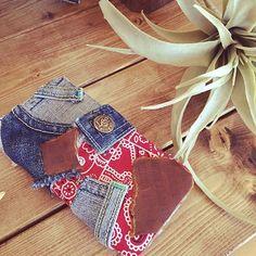 女性で、4LDKのリメイク/デニム/iPhoneケース/iPhone/バンダナ/lee…などについてのインテリア実例を紹介。「ハンドメイドiPhoneカバー❤」(この写真は 2016-06-02 22:26:11 に共有されました) Denim Jeans, Smartphone, Couture, Wood, Handmade, Crafts, Bags, Kitchen, Denim Bag