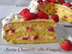 La torta chantilly alle fragole di Elisa. Un trionfo di tenerezza, e spumosità! Tre strati di pan di spagna farciti con crema chantilly e fragole fresche