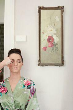 2- Comprar un batín o kimono para los previos. Durante toda la mañana te estarán maquillando, haciendo la manicura, peinando.. y como el vestido es lo último que se pone, es mejor usar durante ese tiempo un bonito batín o kimono para que salgamos perfectas en las fotos.