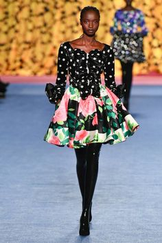 See all the Collection photos from Richard Quinn Autumn/Winter 2020 Ready-To-Wear now on British Vogue Vogue Paris, Floral Fashion, Winter Dresses, Mannequins, Catwalk, Fall Winter, Autumn, Ready To Wear, Fashion Show