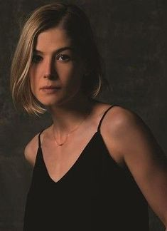 Rosamund Pike portrays the role of ''Amy Elliot Dune'' in the film ''Gone Girl'' ''Το κορίτσι που χάθηκε'' a American psychological thriller film. Hair Health And Beauty, Hair Beauty, Undercut Hairstyles, Girl Hairstyles, Rosamund Pike Gone Girl, Rosamond Pike, Short Hair Cuts, Short Hair Styles, Diana