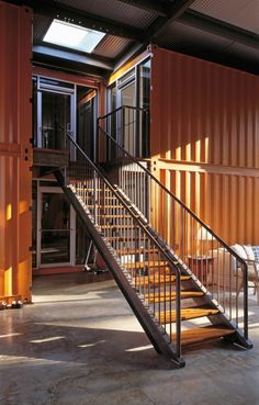Escalier qui mène aux chambres de la maison container