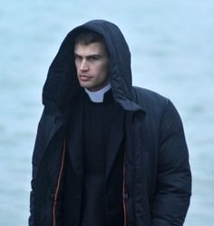 Theo looking mad while wearing a hoodie is still so hot The Secret Scripture, Shailene Woodley, Theo James, Priest, Raincoat, Hoodies, How To Wear, Jackets, Dresses