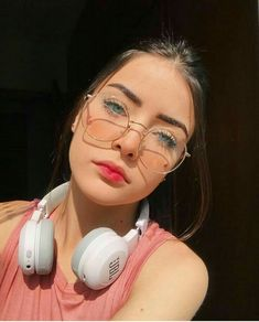 Trendy Glasses Girl Fashion Beautiful – Famous Last Words Cute Glasses, Girls With Glasses, Eyeglasses For Women, Sunglasses Women, Glasses Trends, Womens Glasses Frames, Fashion Eye Glasses, Outfit Trends, Tumblr Girls