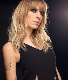 Jour 2 #366joursdelooks  Cheveux: @daviddamours  Maquillage: @misslala44 avec @annabellecosmetics  Stylisme: @patrickvimbor  Tous les détails sur Louloumagazine.com Rock & Pop, Music Artists, Lady, Beauty Makeup, Mini Skirts, Long Hair Styles, Celebrities, Pretty, Instagram Posts