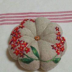바늘꽂이 -lovely embroidered linen pincushion Hand Embroidery Stitches, Beaded Embroidery, Embroidery Patterns, Sewing Patterns, Sewing Hacks, Sewing Projects, Needle Cushion, Hobbies To Try, Brazilian Embroidery