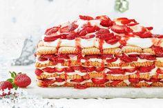 Strawberry shortcake fridge cake Cheap Clean Eating, Clean Eating Snacks, Fridge Cake, Easy Strawberry Shortcake, Cold Cake, Christmas Lunch, Christmas Cooking, Christmas Recipes, Xmas