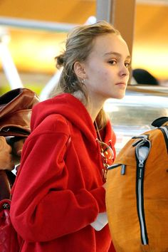 "Semi-exclusif - Lily-Rose Depp fait la queue au comptoir ""The Coffee Bean"" à laéroport de Los Angel"