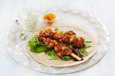 Spicy grillspyd servert med tzatziki og salat i tortillalefser. Nakkekoteletter er saftig og mørt, og passer derfor ypperlig til grillspyd.