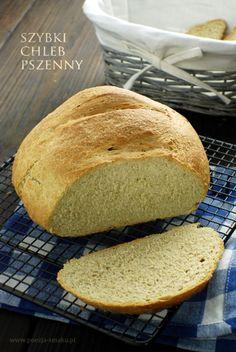 Szybki chleb pszenny, bardzo przypominający pieczywo, jakie na co dzień kupujemy w sklepie - oczywiście tylko z wyglądu, bo w smaku jest o niebo lepszy