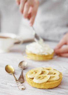 mini banana tarts / cinemagraphs on Behance Mini Bananas, Gif Animé, Animated Gif, Cinemagraph, Bakery Cafe, Breakfast Dishes, Beautiful Cakes, Beautiful Gif, Food Photo