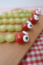 Nu op de blog: 5 gezonde kindertraktaties! Neem nou deze leuke slangen van druiven en tomaat! Super leuk toch?