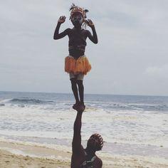 Acrobates #cotedivoire #plage#bassam#dansetraditionnelle#dan#afrique#folklore#souplesse#percussions#acheznouspays