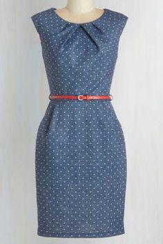 Vestido en chambray azul de puntos. Cinturón rojo