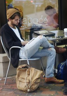 Ripped Jeans are all about mixing casual style with some formal wear and creating a very classy look. With these styling ideas in which you can add ripped jeans to your casual wardrobe and make it pop out with class and sophistication. Ripped Jeans Outfit, Ripped Jeans Men, Casual Jeans, Casual Guy, Ripped Knees, Torn Jeans, Casual Shoes, Look Fashion, Fashion Models