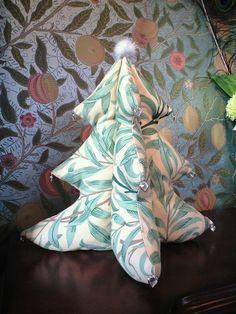 イギリス製ウィリアムモリスのプリントファブリックを使用したクリスマスにピッタリのツリーオブジェです。中に綿を詰めたぬいぐるみの様な軽く、柔らかさのあるツリーで...|ハンドメイド、手作り、手仕事品の通販・販売・購入ならCreema。