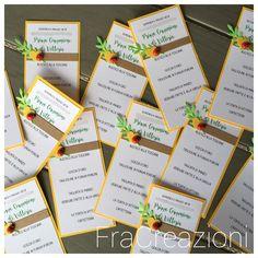 Come promesso, ecco la seconda parte della Comunione di Vittoria...  Soddisfatte degli inviti, Vittoria & mamma mi hanno chiesto anche i menu per i tavoli, e le decorazioni per le bomboniere.  Ma andiamo per ordine, ecco i menu...   Molto semplici, ho tagliato dei cartoncini di formato simil-segnalibro, gialli, con incollato sopra il cartoncino bianco dove ho stampato il menu...   #card #comunione #eventi #menu #scrapbooking Andiamo, Mamma, Menu, Scrapbook, Bible, Cards, Menu Board Design, Scrapbooking, Guest Books